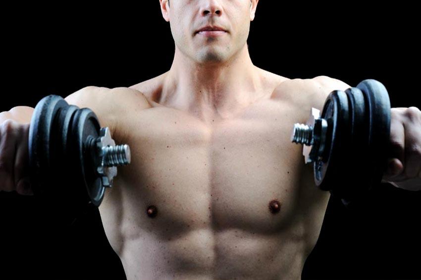 umięśniony mężczyzna z plastikowym opakowaniem czerwonych kapsułek na bicepsie